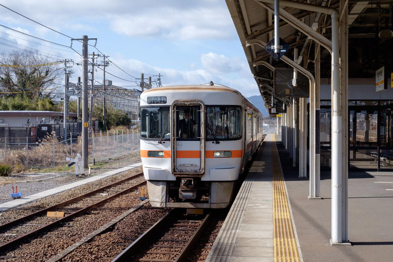 亀山駅5番のりばで発車を待つ、普通列車の鳥羽行き 925C。