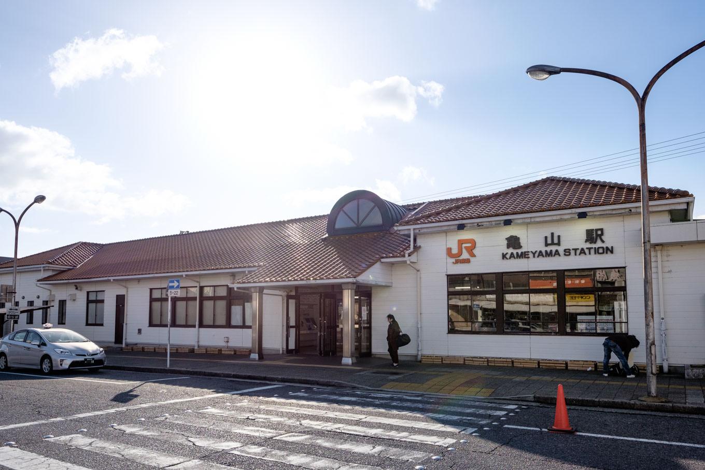 朝日を背にした亀山駅舎。