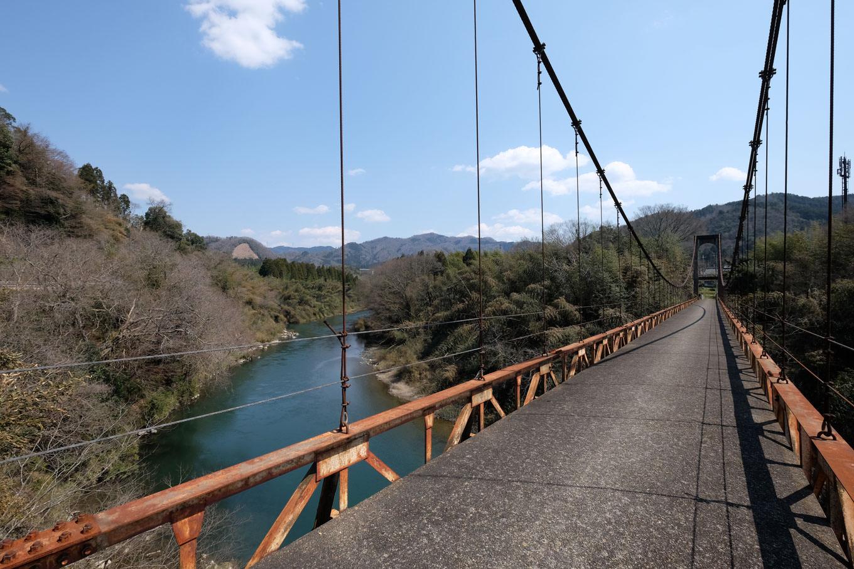 上原橋と名付けられた由良川に架かる吊り橋。