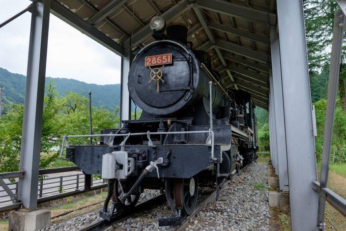 駅近くに展示されている蒸気機関車 (FUJIFILM X-T1 + XF16mm F1.4R)