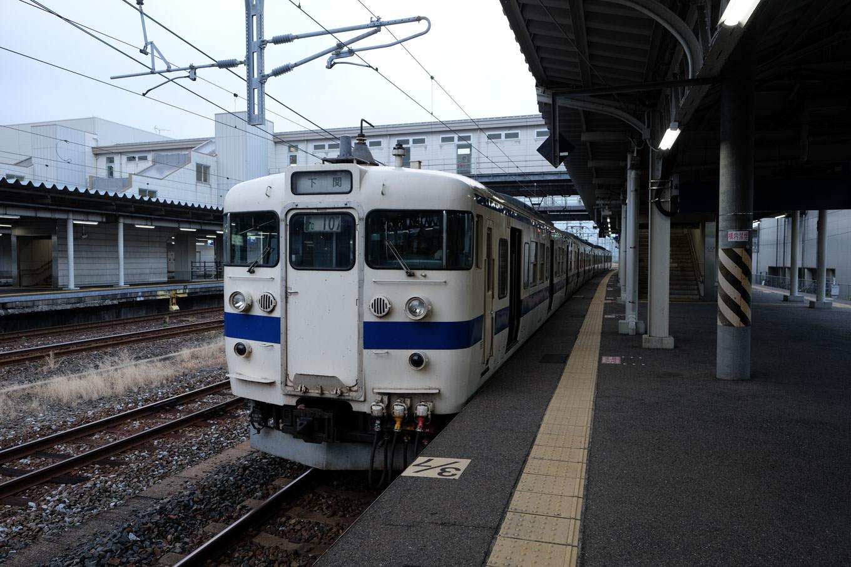薄暗さの残る門司駅に停車中の、下関行き 普通列車。