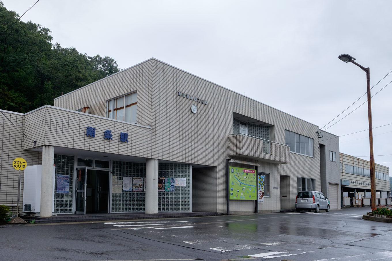 白いタイル貼りの南条駅舎。
