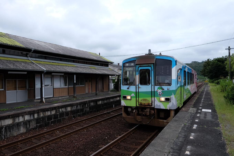 四郎ヶ原駅に入線する、厚狭行き普通列車。