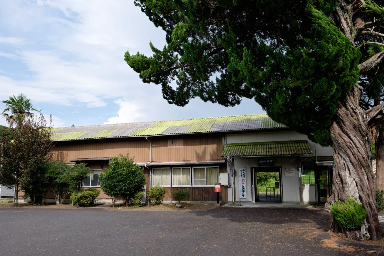 古びた木造の四郎ヶ原駅舎。
