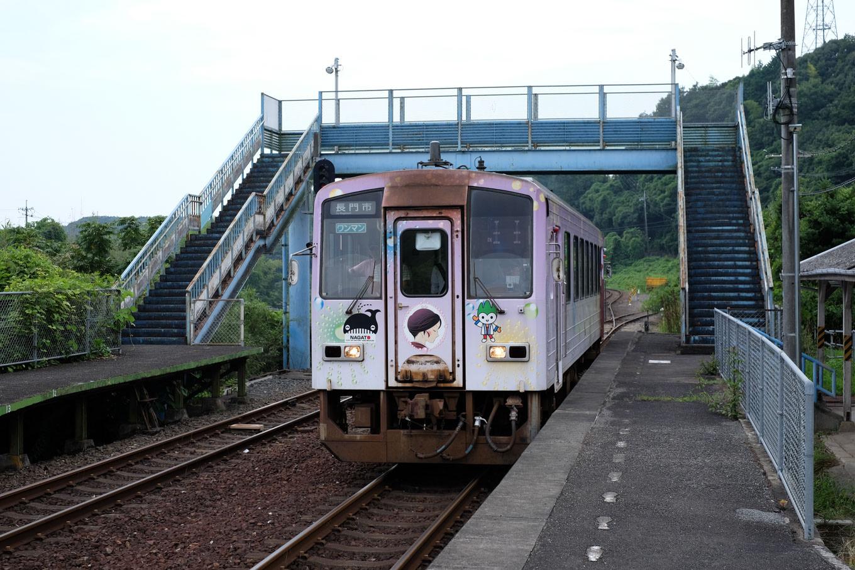 湯ノ峠駅に入線する、長門市行き普通列車。