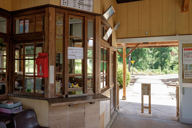珍しい木造の窓口。