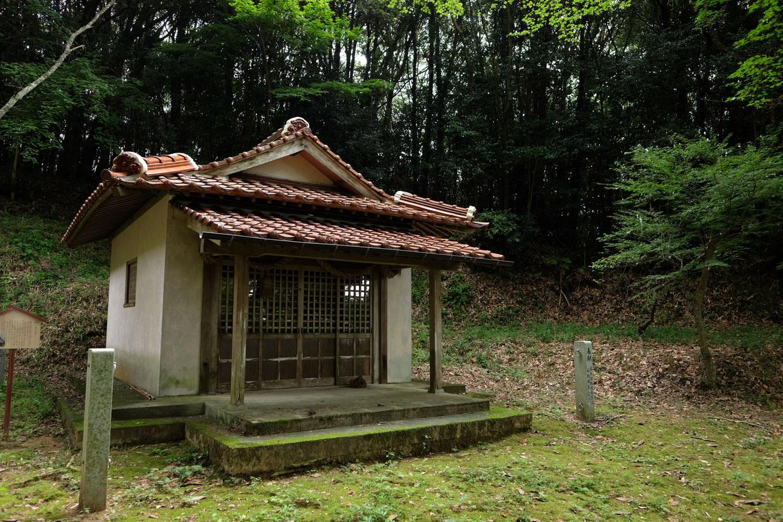円応寺裏手の山中に佇む寝太郎権現堂。