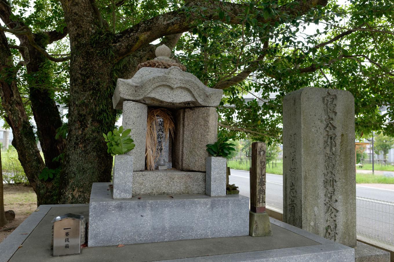 寝太郎荒神社の石祠。