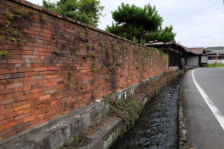 赤レンガの塀に沿って流れる寝太郎用水路。