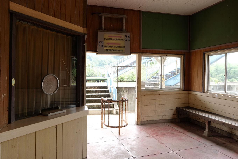 無人駅だがカーテンで閉ざされただけの窓口が残る。