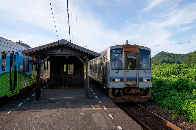 重安駅に入線する、普通列車の厚狭行き716D。