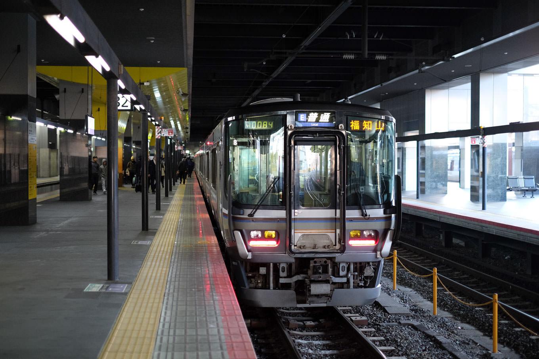 京都駅で発車を待つ福知山行き普通列車。