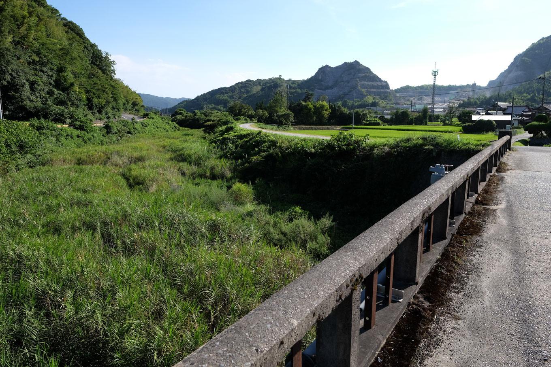 助行橋から眺める厚狭川。背後には駅前にそびえる石灰石鉱山が見える。
