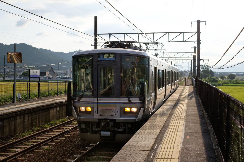 高津駅に入線する、普通列車の京都行き 1146M。