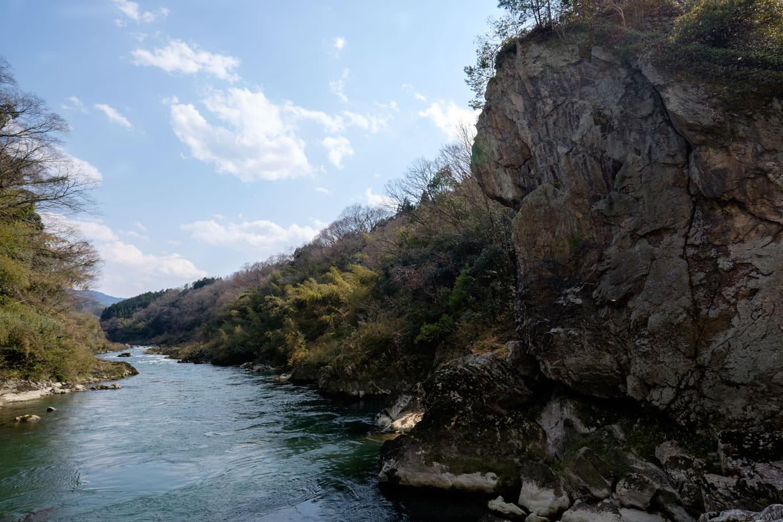 由良川沿いの立岩。