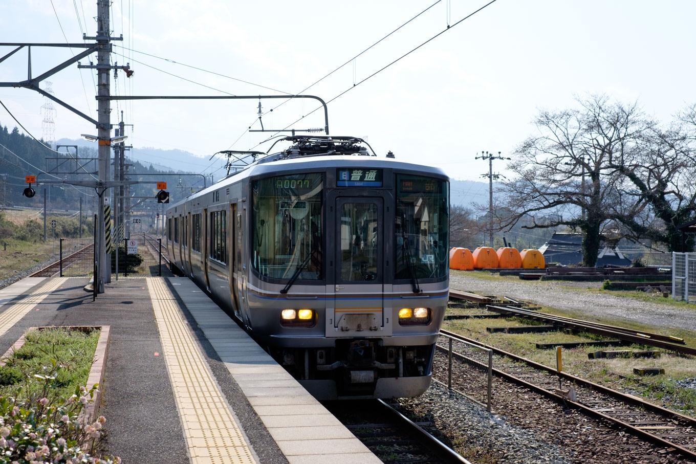 山家駅に入線する園部行き普通列車。