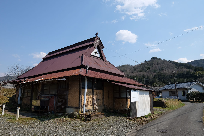 上原橋の近くにある土壁に古くは茅葺きだったと思われる屋根をした古民家。