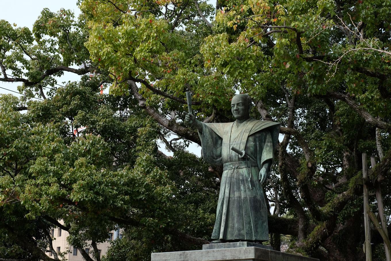 蜂須賀家政の銅像。