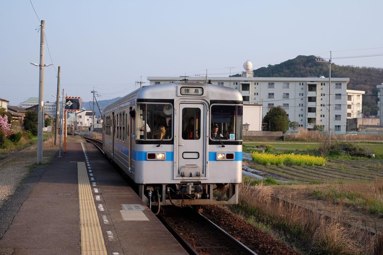 地蔵橋駅に入線する徳島行き普通列車。