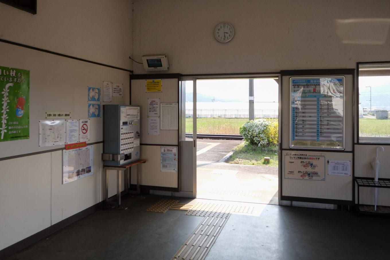 地蔵橋駅待合室。
