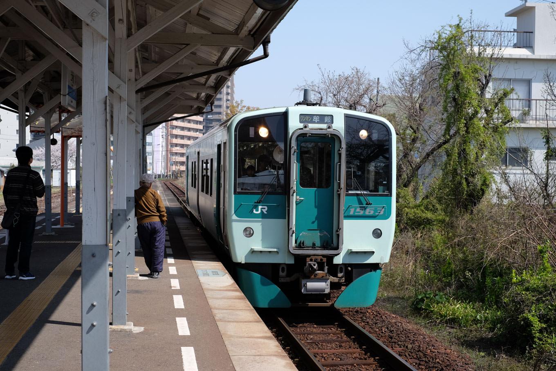 二軒屋駅に入線する牟岐行き普通列車。