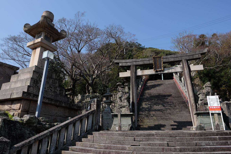 金刀比羅神社の入口に鎮座する巨大な石灯籠。