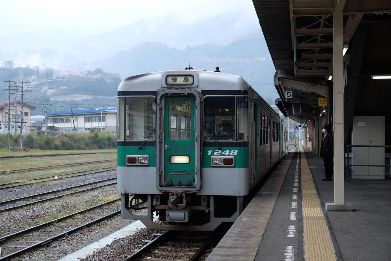 阿波池田駅ホームで発車を待つ、普通列車の徳島行き 444D。