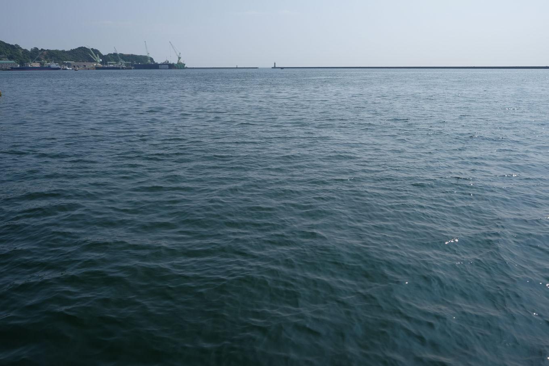 線路の果てに広がる海。