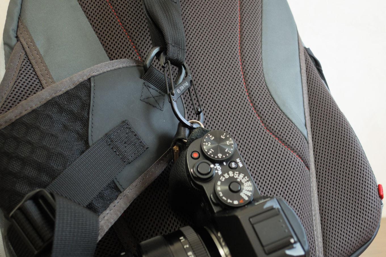 エスビナーを用いてショルダーベルトにカメラを吊るす。