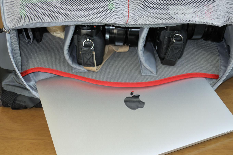 メイン気室内にある大きな内ポケットに、Macbookを入れたところ。