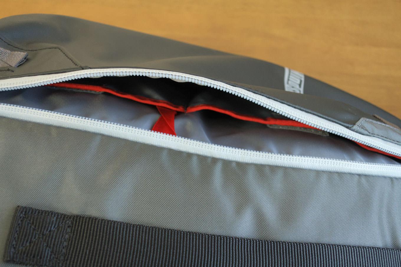 前面ポケットを開けたところ。内部には2つの小ポケットがある。