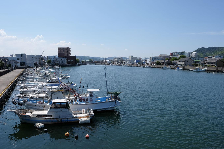 小松島市内を流れる神田瀬川。河口が近いため漁船が並ぶ。