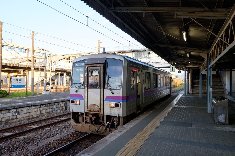 厚狭駅ホームで発車を待つ、普通列車の仙崎行き 701D。