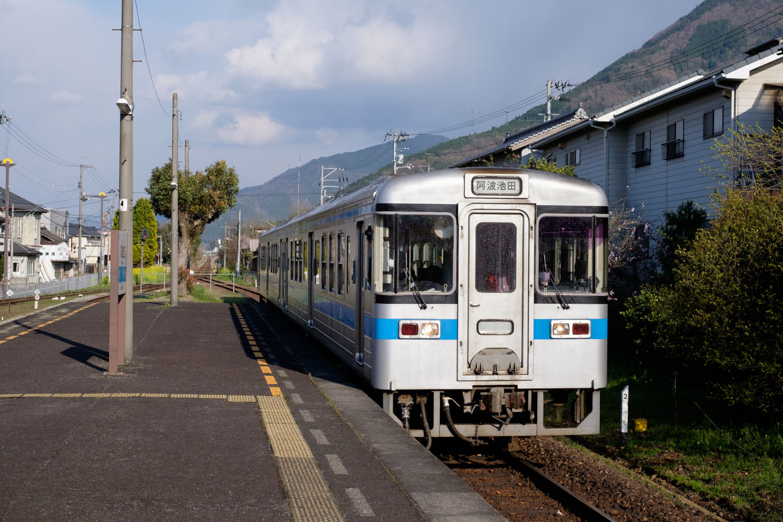 阿波加茂駅に入線する、普通列車の阿波池田行き 455D。