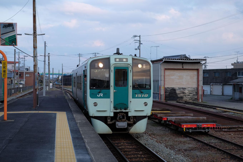 羽ノ浦駅に入線する、徳島行き普通列車4572D。