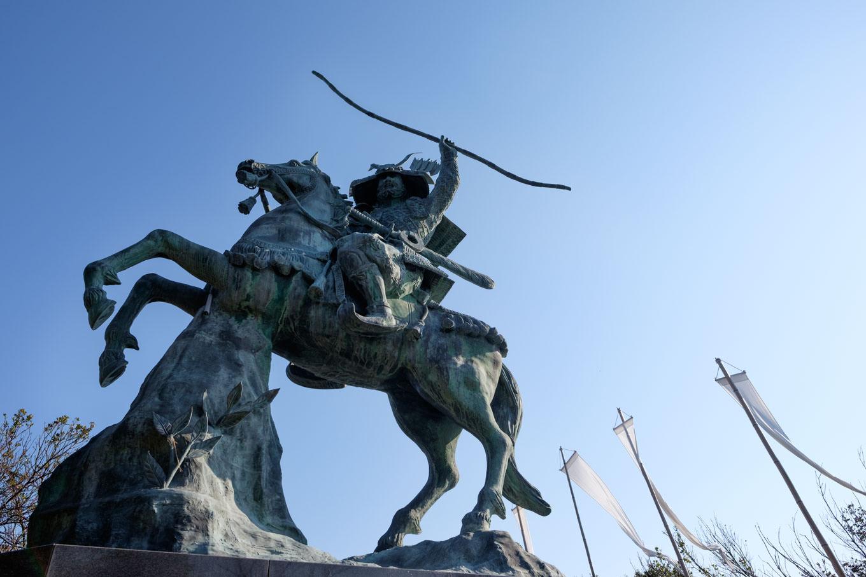 騎馬に乗った義経の銅像。