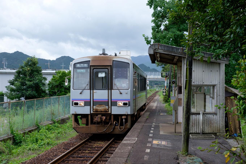 板持駅に入線する、普通列車の長門市行き 707D。
