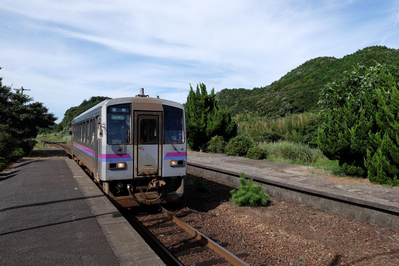 長門湯本駅に入線する、普通列車の厚狭行き 714D。