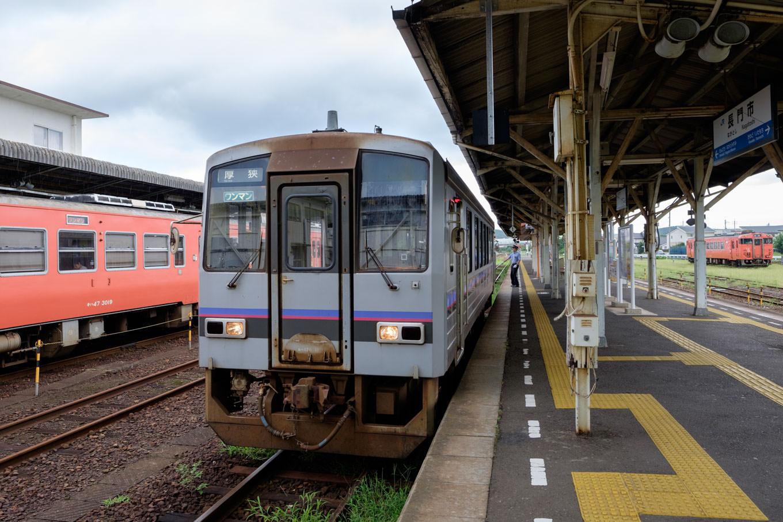 長門市駅で発車を待つ、普通列車の厚狭行き 714D。