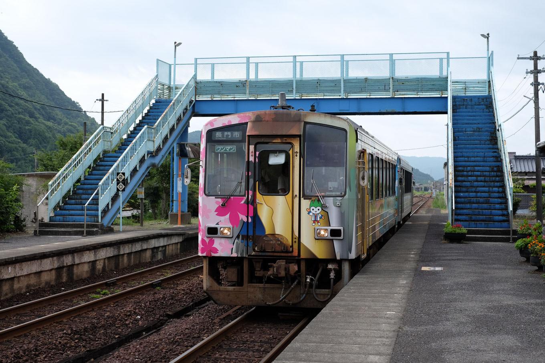 於福駅に入線する、普通列車の長門市行き 705D。