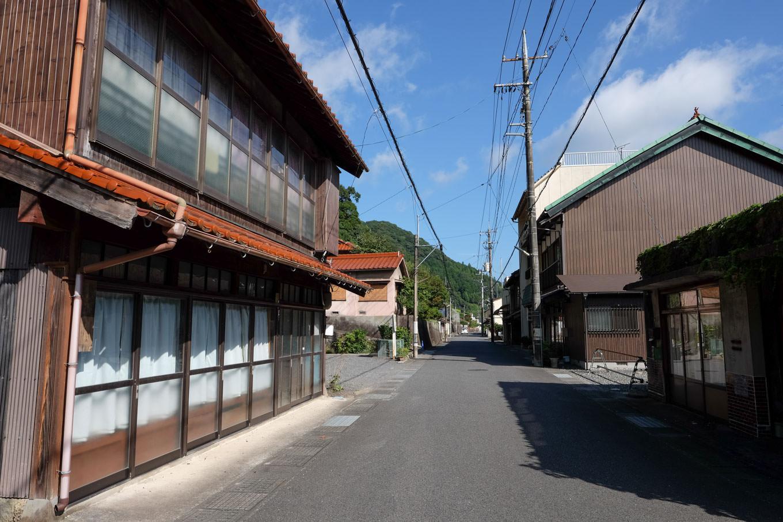人通りのない大嶺駅跡から伸びる街並み。