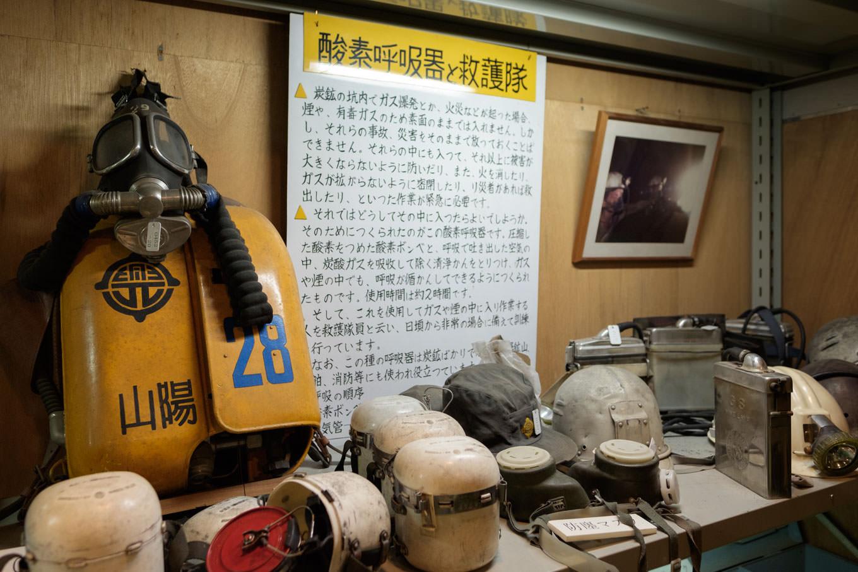 炭鉱で使用された道具類が所狭しと並べられた、大嶺炭田の展示室(許可を得て撮影)。
