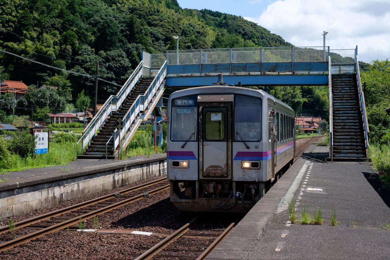 渋木駅に入線する、普通列車の長門市行き 707D。