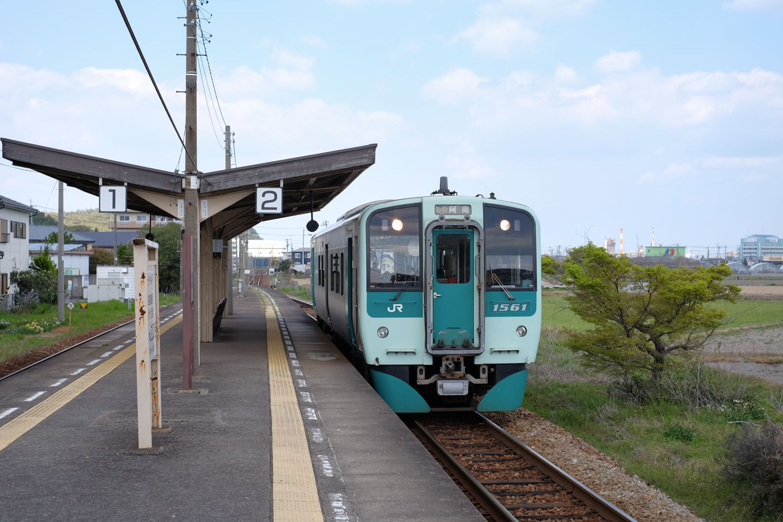 立江駅に入線する、阿南行き普通列車4545D。