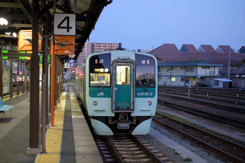 徳島駅で発車を待つ、普通列車の海部行き 4525D。