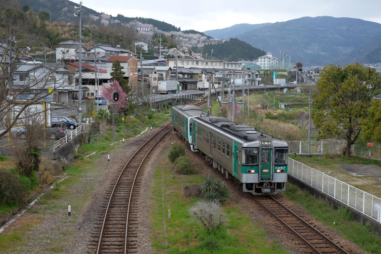 辻駅に入線する普通列車の徳島行き 4460D。