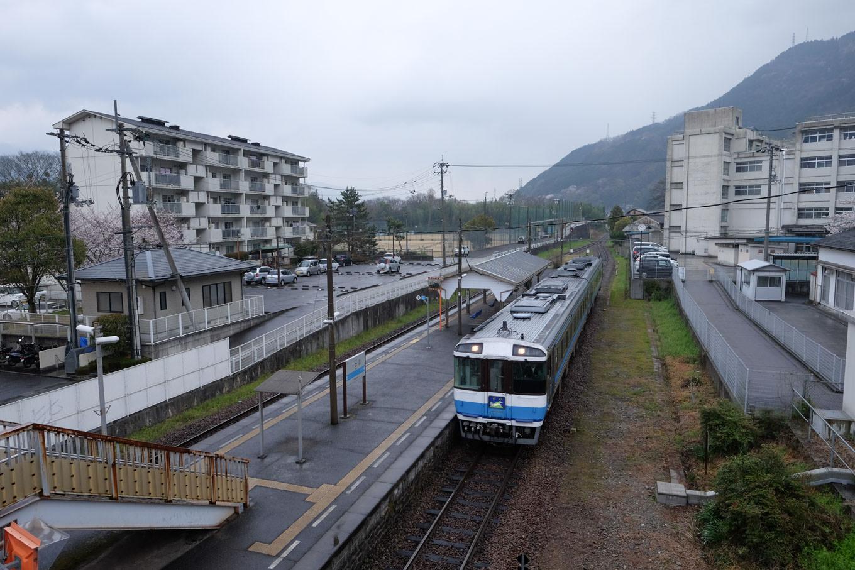 辻駅構内。