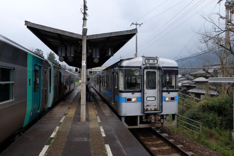 佃駅に入線する普通列車の徳島行き 450D。