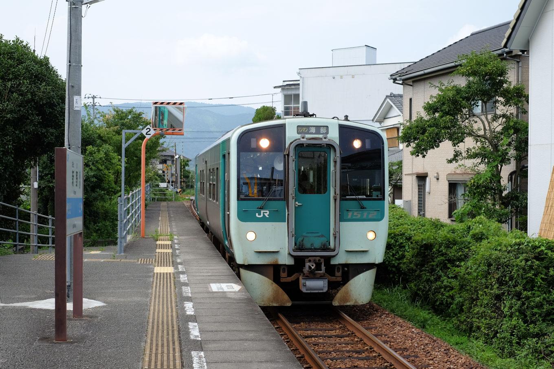 新野駅に入線する、海部行き普通列車 4551D。