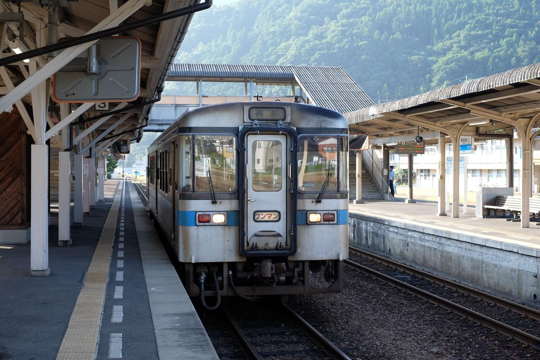阿波池田駅で発車を待つ、高知行き普通列車 4219D。